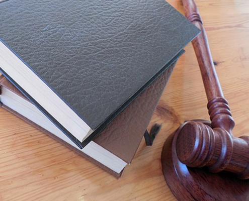 Libros y mazo de Juez