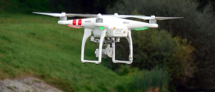 DRON en vuelo con montañas detrás