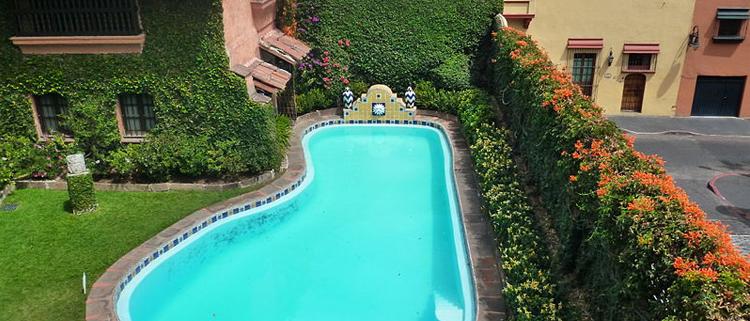 Foto aerea de una casa con piscina