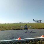 FerroNATS y DRONEXservices realizan el primer vuelo de un dron en el entorno de una pista de aterrizaje en España