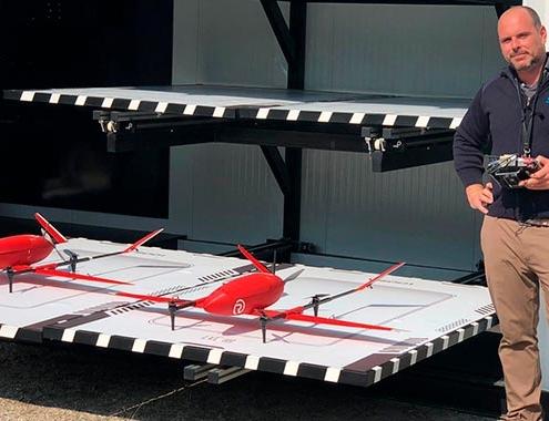 Colaboración europea con drones transportando material sanitario en entorno urbano